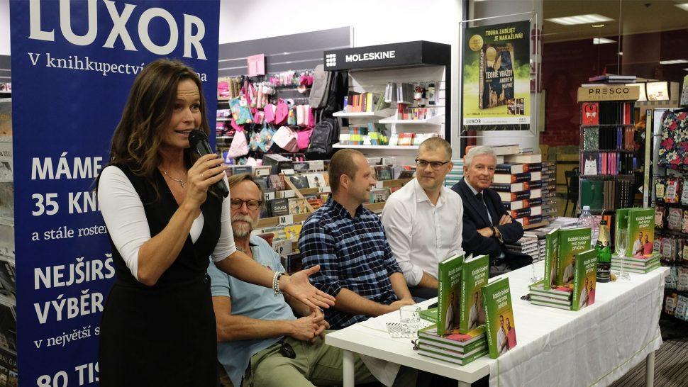 Olga Šípková moderuje křest knihy Každá bolest má svou příčinu